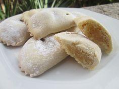 Dolce natalizio tipico pugliese, sono dei dolcetti ripieni di pasta di mandorle e poi cotti al forno, possono essere ricoperti con vin cotto di fichi o semplicemente spolverizzati con lo zucchero a velo