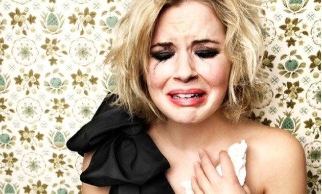 Kobieta może płakać bez powodu, a i tak nigdy nie zostanie nazwana mazgajem.