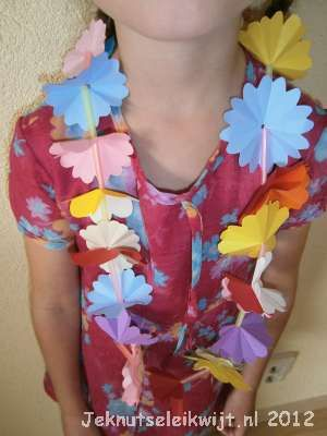 Zomer, zon, zee, strand, tijd voor zomerknutsels!! Een hawaii ketting, leuk om te knutselen op een regenachtige zomerdag.  Je hebt vouwblaadjes nodig van 6x6 en van 8x8. Je kunt ook grote vouwblaadjes in vieren knippen. Vouw het vouwblaadje dubbel vouw het nog een keer dubbel, zodat er een klein vierkantje ontstaat. leg je vouwblaadje in de vorm van een ruit met de dichte punt naar beneden. Vouw nu de linkerpunt naar de rechterpunt. Kijk naar de voorbeeldfoto en knip langs de zwarte…