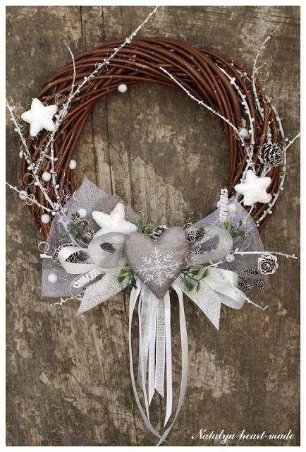 Kerstkrans in wit en zilver.
