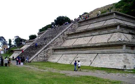 Esta es la gran pirámide de Cholula . Se encuentra a las afueras de Puebla . También conocido como Tlachihualtepetl . Es el sitio arqueológico más grande de una pirámide ( templo) en el Nuevo Mundo , así como la pirámide más grande sabe que existen en el mundo hoy en día.