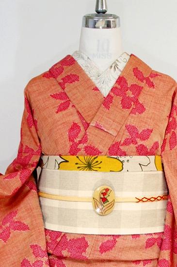ローズレッドとベージュブラウンの糸で織り出された地に、チュールレースをきりばめたようなデザインも面白く、お花模様が織り出されたウールの単着物です。