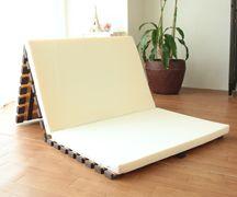 マットレスの室内干し。3つ折の桐すのこベッド、万能です...。アイエムのすのこベッドは、端にゴムがあるので安心。 #すのこベッド #マットレス #敷布団 #室内干し