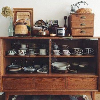 いかがでしたか? 北欧食器は眺めているだけで幸せになれるうつわがたくさん。 食器棚で出番をただまつだけでなく、こんなふうに大好きな食器を集めた素敵なスペースがあると毎日の暮らしがもっと豊かに過ごせそうです。