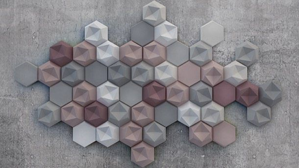 Edgy: azulejos modernos, de Patrycja Domanska. La diseñadora Patrycja Domanska ha creado unos azulejos modernos que tienen un relieve geométrico en su superficie, fabricados para interiores y exteriores. Hay un modelo de pieza que tiene la superficie plana, y otro con diferentes planos que crean una convexidad y una concavidad, pero ambos de contorno hexagonal, fabricados en hormigón y en 24 colores.  #Decoración