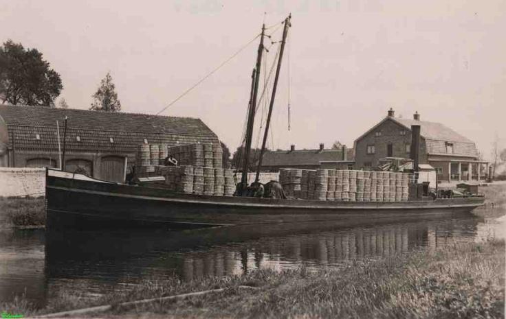 0212035 Coll. Chr. Warnar 1935. Het vervoeren per binnenvaartschip van de strohulzen van Strohulzenfabriek van Johan van Goch. Sluis 11?