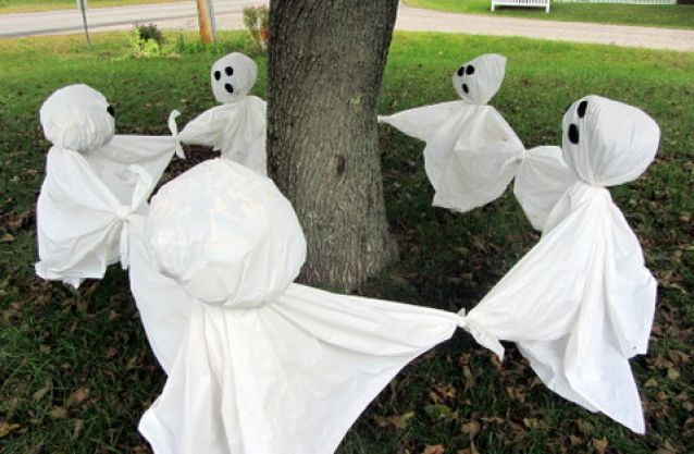 Ring around the rosy ghosts - cheap and easy to do halloween yard decor!