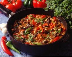 SLANKE CHILI CON CARNE - ( 5 porties / ?? kcal) Ingr: 3 dl water, 2 tenen knoflook (8), 1 el tomatenpuree = 10g (8), 1 grote ui = 200g (70), 1 rode peper, 2 puntpaprika's, 1/2 winterwortel in dunne plakjes, 150 gram droge bruine bonen (405), 200 gram magere rundergehakt (390), 200 gram italiaanse groentemix (60), paprikapoeder, komijnpoeder, chilipoeder, 2x runderboullionblokje,