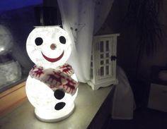 Gibt es eigentlich etwas Niedlicheres, als einen freundlichen Schneemann? :D Und dieses knuffige Exemplar beleuchtet auch noch gemütlich den Advent. Is there anything sweeter than a smiling snowman? :D #makeityourhome #bosch #christmas