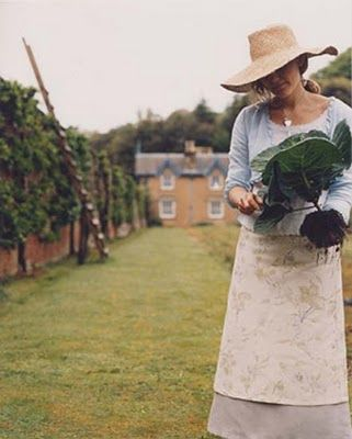 .Country Charms, Straws Hats, Country Girls, Modest Clothing, Vegetables Gardens, Big Gardens Hats, Country Life, Gardens Design, Colors Splashes