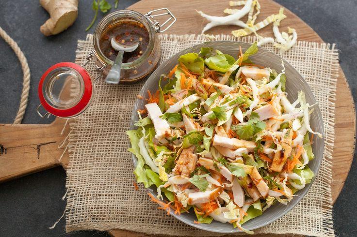 De perfecte salade om als lunch te maken als je bijvoorbeeld wat kip over hebt van de dag daarvoor. Chinese Kipsalade  Print Voorbereiding 10 mins Kooktijd 15 mins Totale tijd 25 mins  Chef: Mitchel Aantal: 4 salades Ingrediënten Voor de salade: 1 krop sla, gewassen en in stukken 1 chinese kool, geraspt 1 …