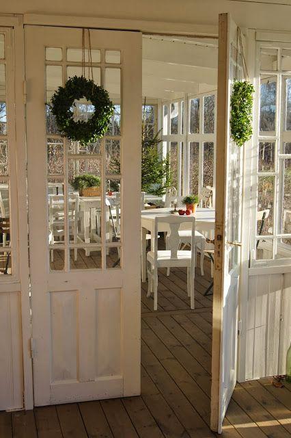 Snygga innerdörrar mellan matsal och veranda