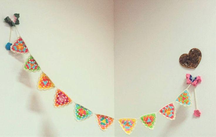 Guirnalda de banderines a crochet. (sin mariposas) Medidas de 10 a 12 banderines. Ideales para decorar cuartos, balcones, ambientes, etc. #vintage #home #lifestyle #handmade #decorhome #diseño #homestyle #tiendaonline
