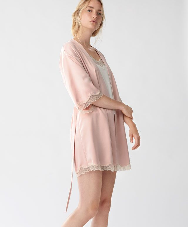 Vestaglia rosa satinata con pizzo - Vedi Tutto - Tendenze moda donna AW 2016 su Oysho on-line : biancheria intima, lingerie, abbigliamento sportivo, scarpe, accessori e costumi da bagno.