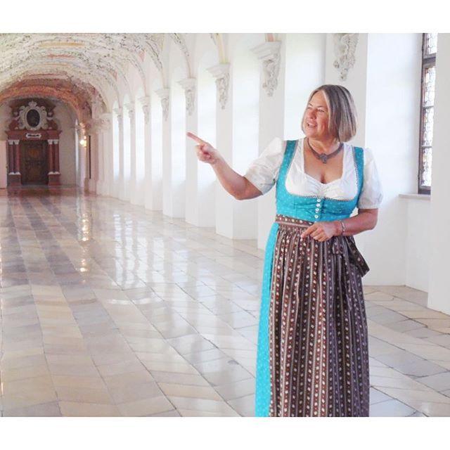 Ein herzliches Lächeln im Gesicht und stets auf der Suche nach neuen Herausforderungen, das ist Martina Gebhardt. Das Kloster Wessobrunn, mein Blick hinter die Kulissen und in den Cremekessel bei Martina Gebhardt, das alles wirkt jetzt erst so richtig nach.  Sonntagstipp: Wer Lust hat und in der Gegend weilt, ist heute herzlich zum Jubiläumsfest im Klosterhof 4 in Wessobrunn eingeladen, das Programm dazu könnt ihr online einsehen.  #MartinaGebhardt #Naturkosmetik #Kloster #Wessobrunn