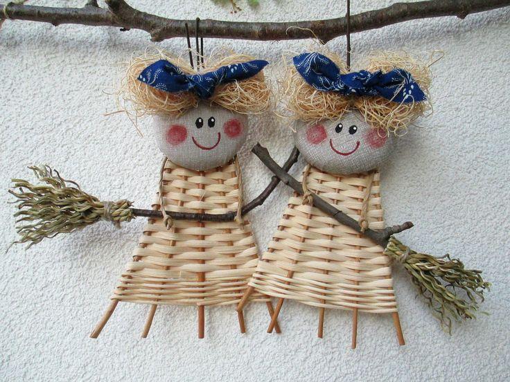 ČARODKA modrotisk Veselá čarodějnice - lze zavěsit za poutko. Obličej domalován barvami na textil. Výška 17 cm. ruční výroba = mírné odchylky Cena za 1 ks.