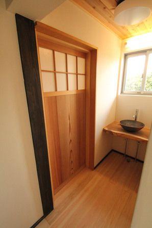 脱衣室入口の引き戸も古民家にふさわしいあつらえですイメージ …