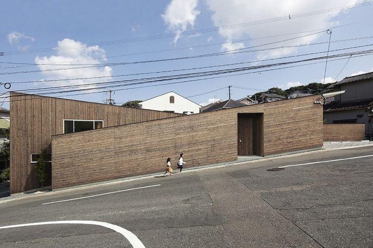 N House est le nom de cette étrange maison qui semble suivre la pente escarpée d'une rue de Fukuoka au Japon.  Nous devons cette réalisation au studio d'architecture japonais Roote. Cette maison familiale est divisée en deux espaces aux lignes inversées reliés par une simple passerelle. La forte pente est rattrapée par un système de niveaux et de marches.