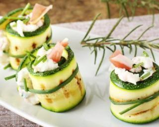 Roulés de courgette farcis saumon fumé et fromage frais : http://www.fourchette-et-bikini.fr/recettes/recettes-minceur/roules-de-courgette-farcis-saumon-fume-et-fromage-frais.html