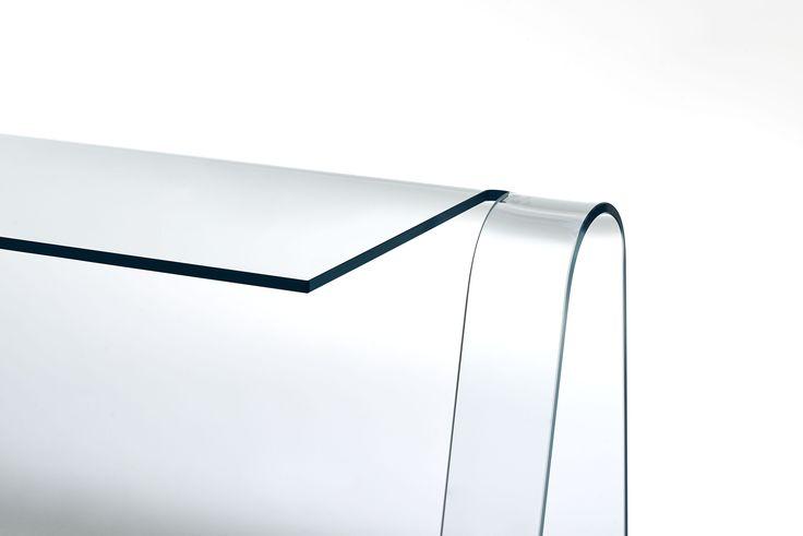 Folio Table de Glas Italia, diseño de Yabu Pushelberg. Un escritorio elegante y sobrio obtenido de una única lámina de cristal transparente extralight de 15 mm curvado.  Las armoniosas curvas y la atenciónde los detalles explicany resaltan la calidad del material.