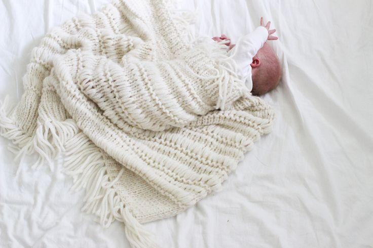 BABY BOHO BLANKET by Ministrikk: Lag Ministrikks eget, eksklusive trendteppe som er like vakkert i vogna som i interiøret på barnerommet. Strikk til nyfødt eller gi i gave til dåpsbarnet!