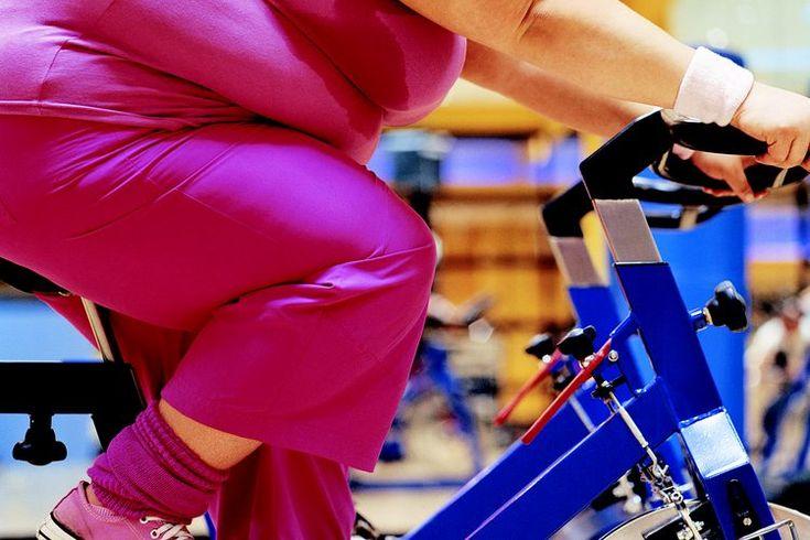 ¿Qué tipo de ejercicio cardiovascular debe hacer una persona con obesidad?. El ejercicio cardiovascular quema la grasa y puede ayudar a reducir la obesidad; sin embargo, la única manera de ver los resultados es ser consistente y elegir ejercicios que ejercen una demanda sobre la producción de ...