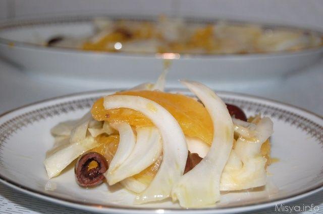 L'insalata di arance e' un piatto tipico della cucina siciliana, un contorno fresco e leggero che può essere servito per accompagnare secondi piatti saporiti o come intermezzo