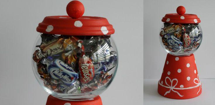 Deze kerstige snoepmachine is makkelijk te maken, betaalbaar, origineel én functioneel. Hier zie je stap voor stap hoe je dit bijzondere cadeau zelf maakt!