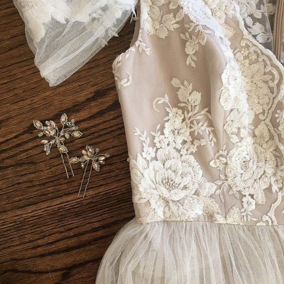 * Super Exquisite ivory cream bridal lace applique , delicate cotton thread embroidery , graceful peony floral applique, a very large piece . The first 2 pictures are custom made dress with this applqiue, she adds some beads and stones to the detail . * Graceful ivory color, with some tune of cream thread , perfect choice for wedding gown / bridal dress decor, bodice , wedding dress applique, bridal headpiece applique, evening gown applique, sash applique, wedding cale candle applique ...