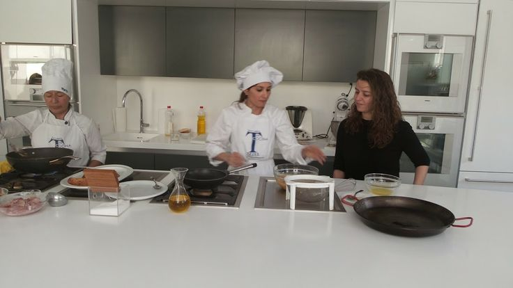 Sonia Fuentes y Marina Antón, alumna del curso, la única valiente que se atrevió con la tortilla de patatas. Periodismo Gastronómico y Nutricional UCM, Escuela de Cocina TELVA, 15.03.2014. Imagen Nuria Blanco @nuriblan, @UCMgastro.