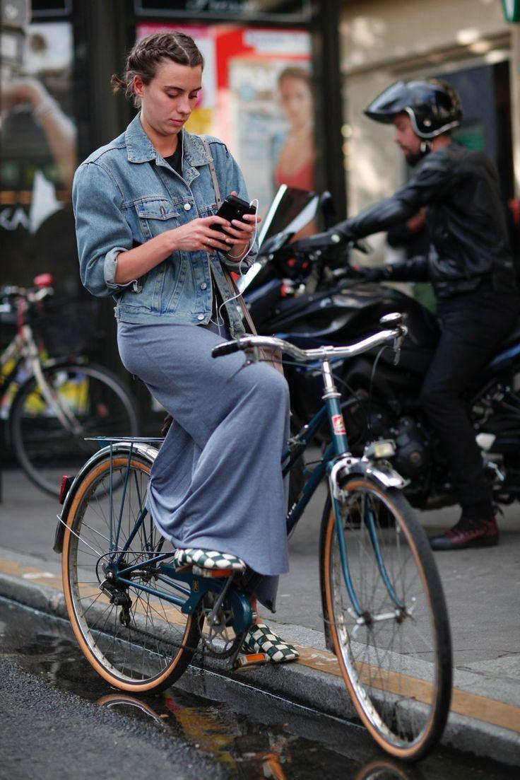 """""""As parisienses carregam as roupas em vez de serem carregadas por elas""""…"""