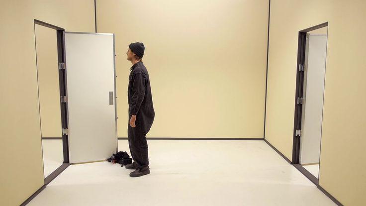 """Ein Elektriker gerät in eine Situation in der ein Elektriker in eine Situation gerät.  check Seite 231: """"Der unsichtbare Apfel"""" - Roman"""