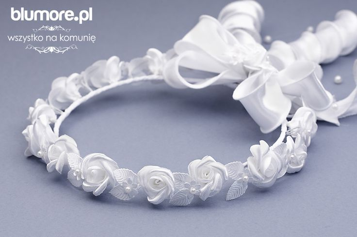 Wianek W16 to idealna propozycja dla dziewczynek, które lubią klasyczne i ponadczasowe wzory. Wianuszek składa się drobnych kwiatuszków, perełek i ozdobnej kokardy.   Cena: 63,00   Link do sklepu: http://tiny.pl/grgbb