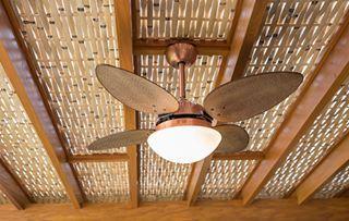 Pergolado de madeira e forro de bambu - Detalhe: ventilador revestido de palha - #cobrire #deck #decks #pérgola #pergola #pergolas #pergolado #deckdemadeira #madeira #palha #bambu #bamboo #cobertura #design #arquitetura #paisagismo #decoração #decor #architecture #archilovers #architect #wood #landscape #outdoors #style #life #lifestyle #sun #summer