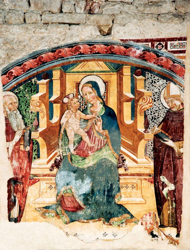 All`interno della Chiesa di San Francesco, a sinistra della porta, l`arcosolio composto da due colonne esagonali sulle quali poggia l`arco scolpito a racemi intrecciati, con formelle decorate a grappoli. L`affresco di Nicolo da Siena, (1460) raffigura la Vergine in trono col Figlio fra due angeli adoranti. Sull`intradosso, in alto l`Agnus Dei; sui lati, S. Pietro e San Francesco.