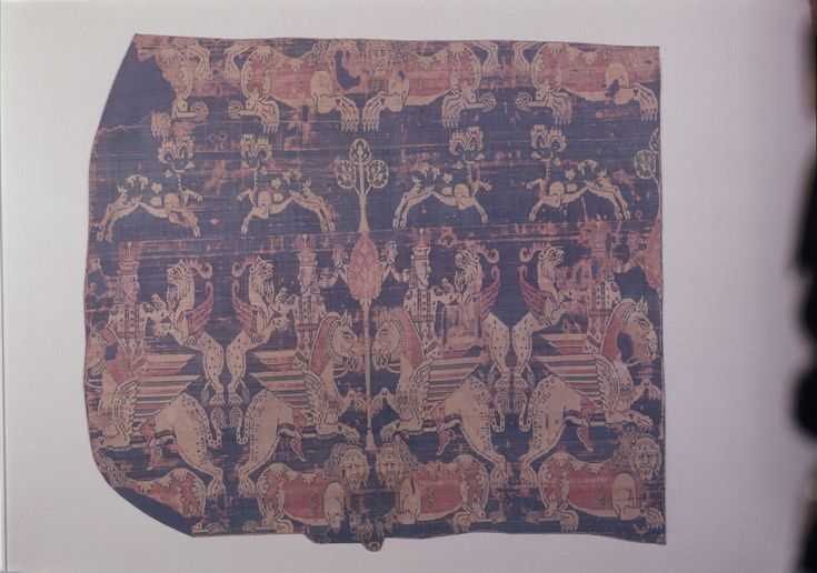 Stoff aus dem Hippolytos-Schrein mit der Darstellung König Jezdegerd III. (632-640) | sassanidisch | Bildindex der Kunst & Architektur