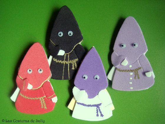 Broches de nazarenos, de distintas cofradías, realizados con goma eva.