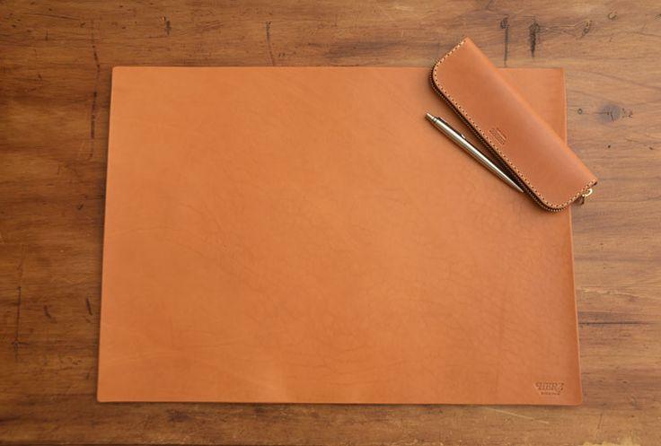 書斎を彩る一枚革仕上げのシンプルデスクマット「革鞄のHERZ公式通販」 デスクマット(KZ-100)