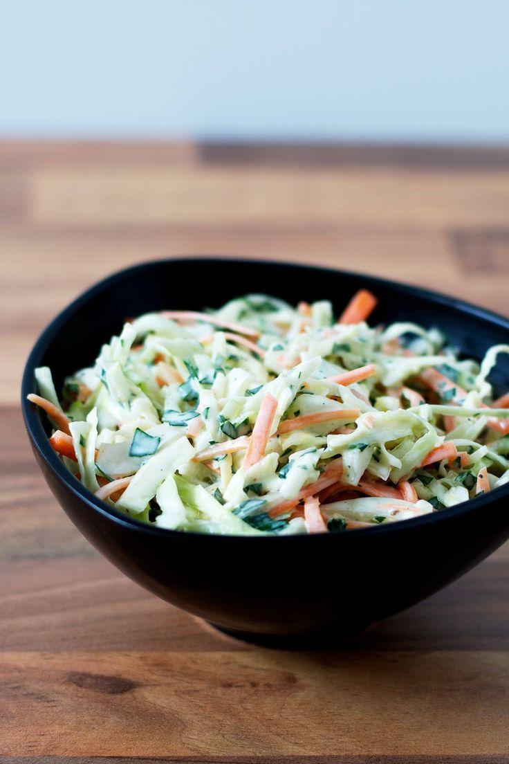 Coleslaw er en utrolig lækker vintersalat, der primært består af fintsnittet hvidkål. Coleslaw er rigtig lækkert til det meste grillede svinekød og kylling.