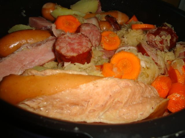 pour 6 personnes 900g de choucroute cuite.. 1,5 saucisses de morteau. 480 g de pomme de terre. 3 carotte moche. 6 tranche de lard fumé. 15 cl de vin blanc d,alsase. 6 saucisses de Strasbourg. 6 saucisson fumé a l,ail. 1 palette de porc fumée ou du jambon....