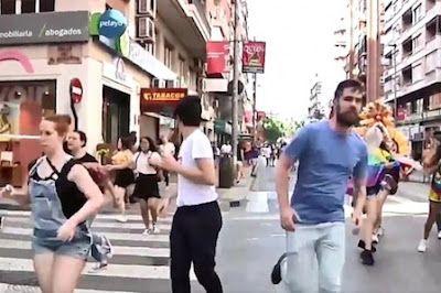 Agresión neonazi durante la manifestación del Orgullo LGTBI en Murcia. Podemos, PSOE e IU han exigido la dimisión del Delegado del Gobierno, Antonio Sánchez Solís por permitir una manifestación fascista el día del desfile del Orgullo en Murcia. EFE | Público, 2017-06-18 http://www.publico.es/sociedad/homofobia-agresion-neonazi-manifestacion-orgullo-lgtbi-murcia.html
