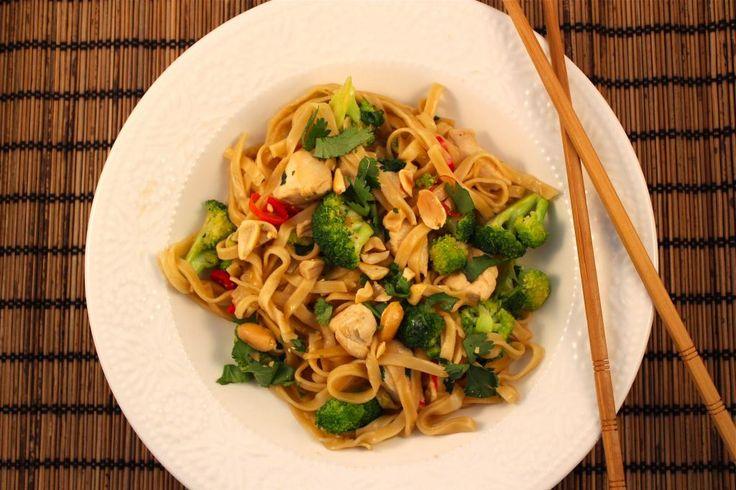 Lekker en snel: Thaise noedels met kip, broccoli en noten