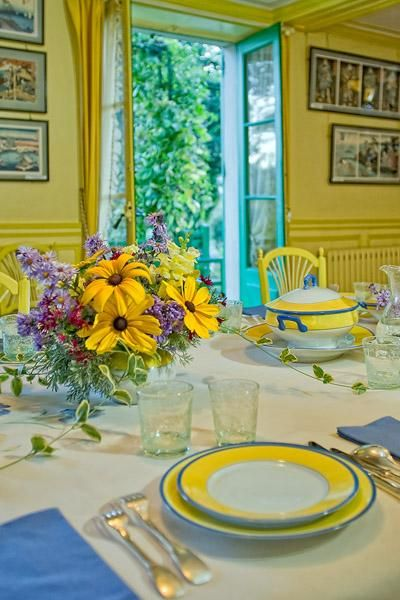 Monets dining room is a bright yellow