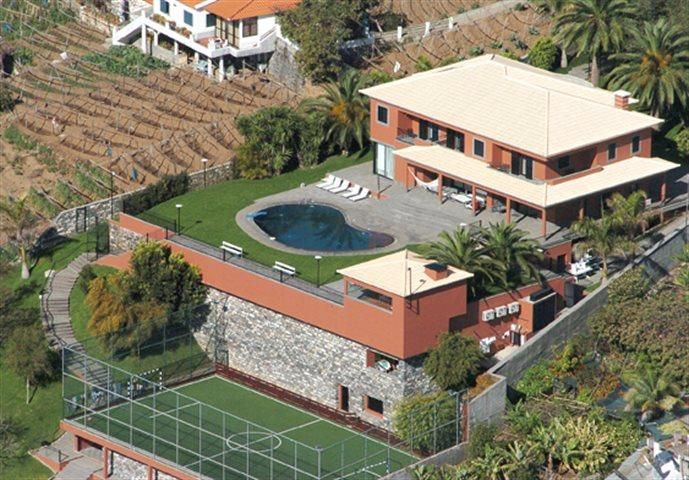 Vende-se bela quinta na encosta ensolarada de São Martinho, com vista para o mar. Com 4 suite, água furtada, sala com 150 m2, duas cozinhas equipadas, adega, campo de futebol, ginásio, piscina, apartamento T1 para visitas, 5.500 m2 de terreno... para visitar ligue 963701529 Teresa Caires