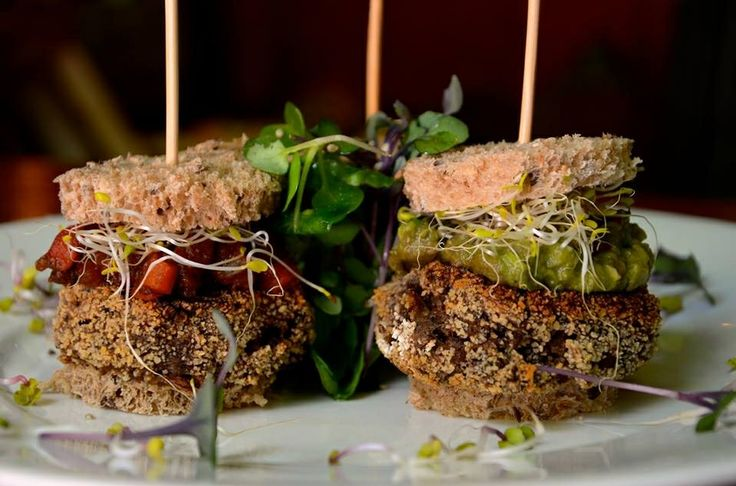 Mini mushroom veggi burger #1 con chutney de tomates # 1 con emulsión de berenjenas ahumadas# 1 con mayonesa casera de tofu