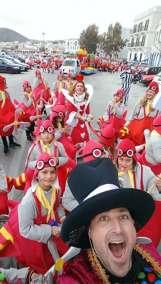 Καρναβάλι στη Σύρο και πάνω από 200 υδροπλάνα μαζί μας να μας πάνε και να μας φέρουν.... Γιατί... όσο έχουμε υδροπλάνα πλάνα πλάνα... μένουμε πάντα νησιά!  (φωτό Γιώργος Ρούσσος)