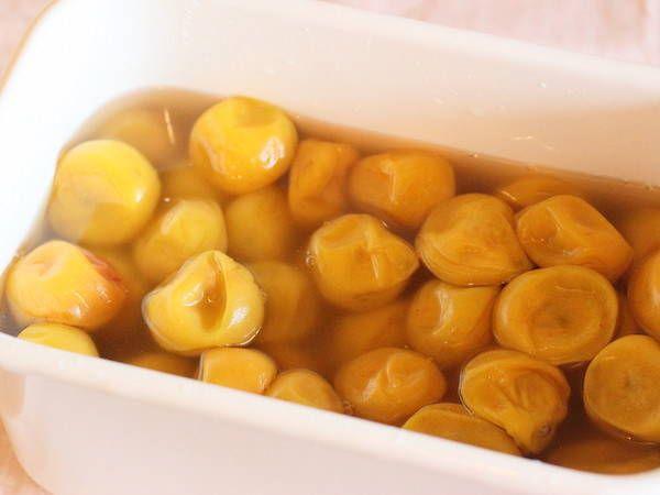 干さない・シソなし、だから簡単。塩漬けするだけの梅干しの漬け方 - macaroni