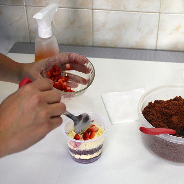Bolo no pote de abacaxi e morango Amo essa receita faço meus bolos de pote,travessa e confeitados com ela, faça e venda bolo no pote e ganhe dinheiro.