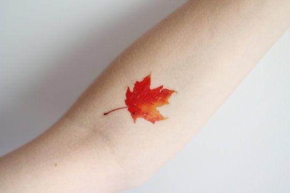 Un tatouage de feuille d'automne minimaliste dans 20 superbes tatouages pour fêter l'arriver de l'automne en couleurs : quels sont les plus réussis ?