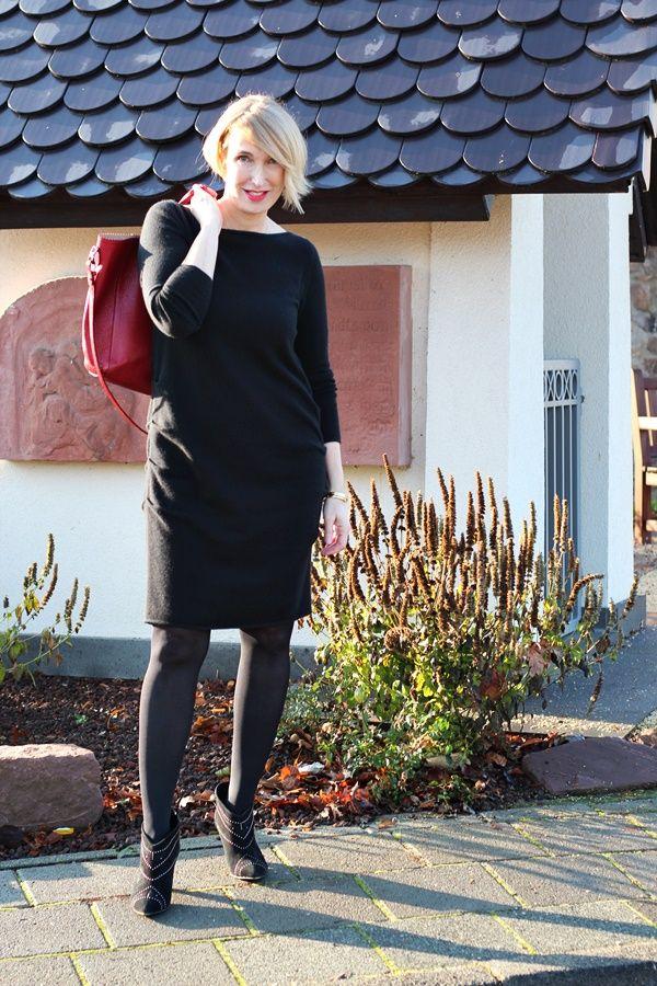 Schwarzes Kaschmir-Kleid zur Lederjacke